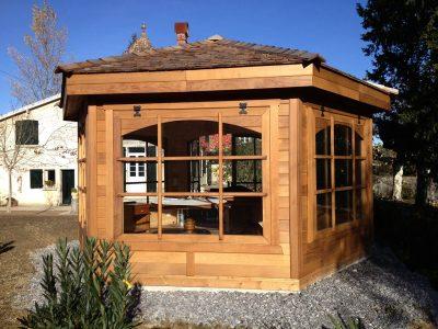 Kiosque en bois fermé
