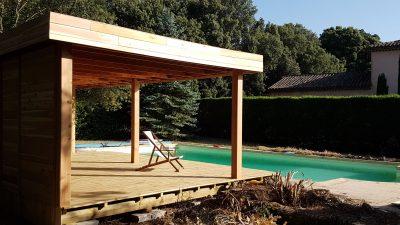 Auvent en bois et terrasse